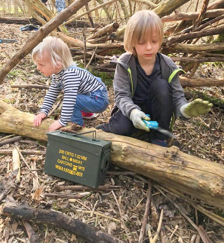 Buiten spelen en hutten bouwen. Leuke groene dingen doen in het bos met kinderen