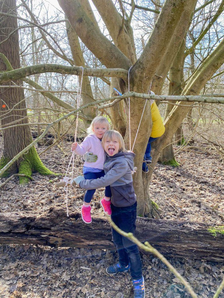 hutten bouwen met kinderen in het park